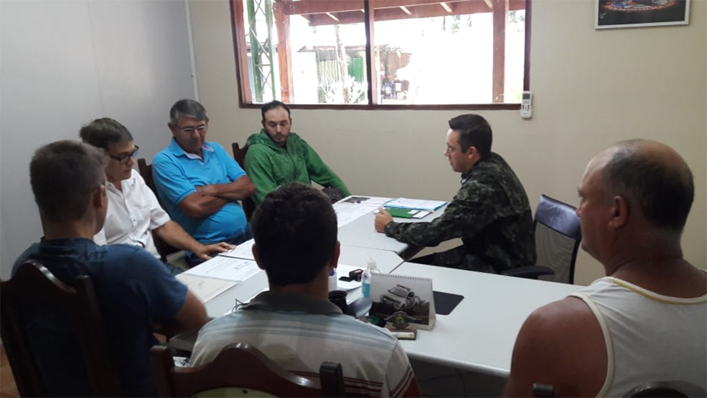 Policia Ambiental se reúne com pescadores de Cachoeiras de Emas