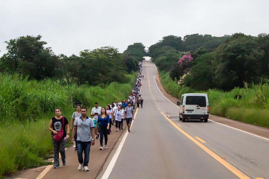 Fiéis católicos participam de  caminhada para Tambaú