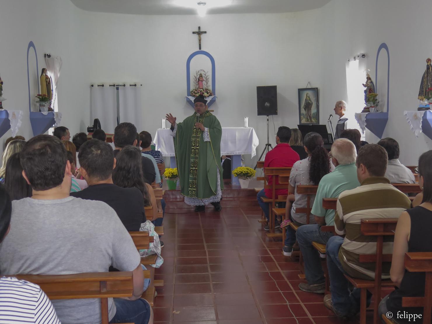 Fiéis participam de missa na Capela de Santa Eufrosina